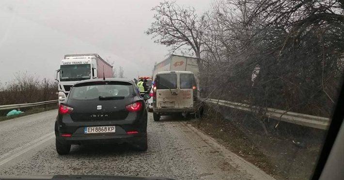 Жена е ранена в катастрофа между микробус и две коли