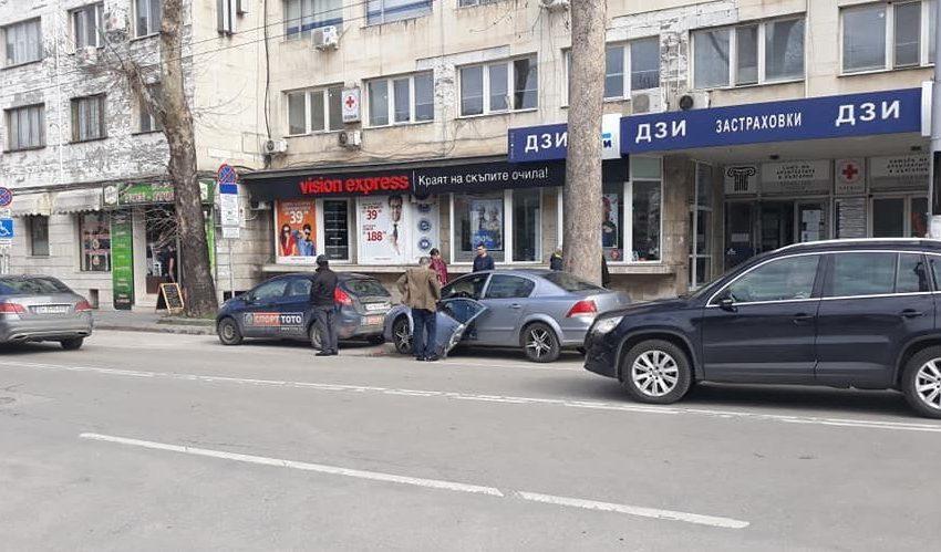 От преди минути: катастрофа в центъра на Плевен /снимки/