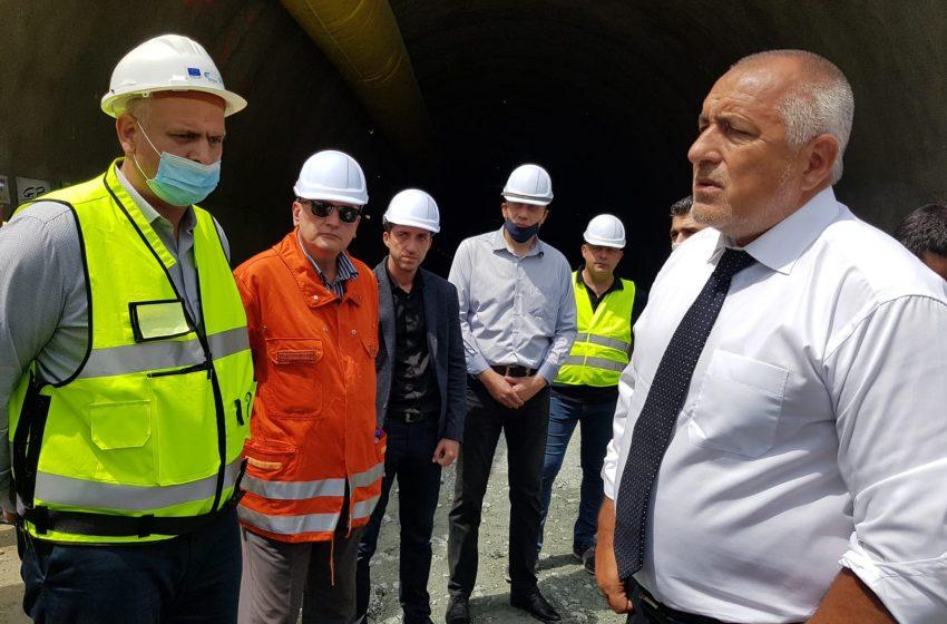 """Премиерът Борисов отиде на мястото на инцидента с пострадалите работници на тунел """"Железница"""""""