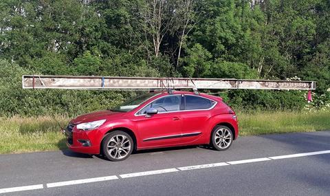 Хванаха шофьор на Citroеn с 8.5-метрова релса на покрива