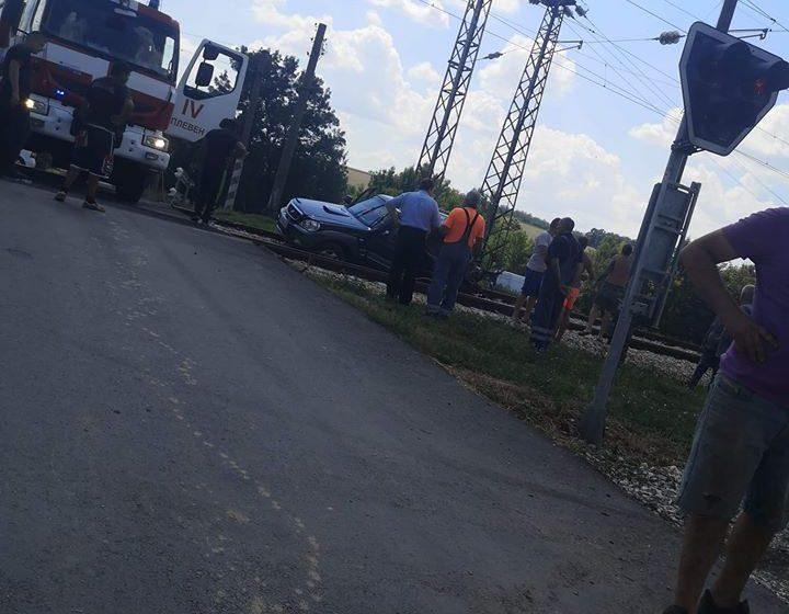 Влак удари кола на прелез. Пострадаха две жени