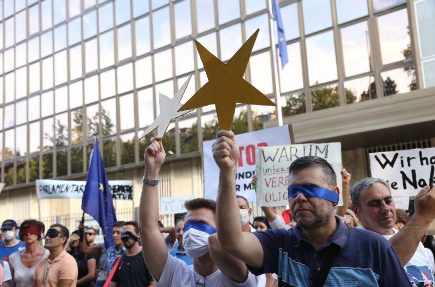 Ден 35: Мълчане със завързани очи пред посолството на Германия