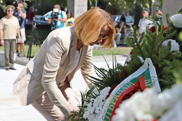 Кметът на София поднесе цветя на паметника на медицинските чинове в двора на ВМА