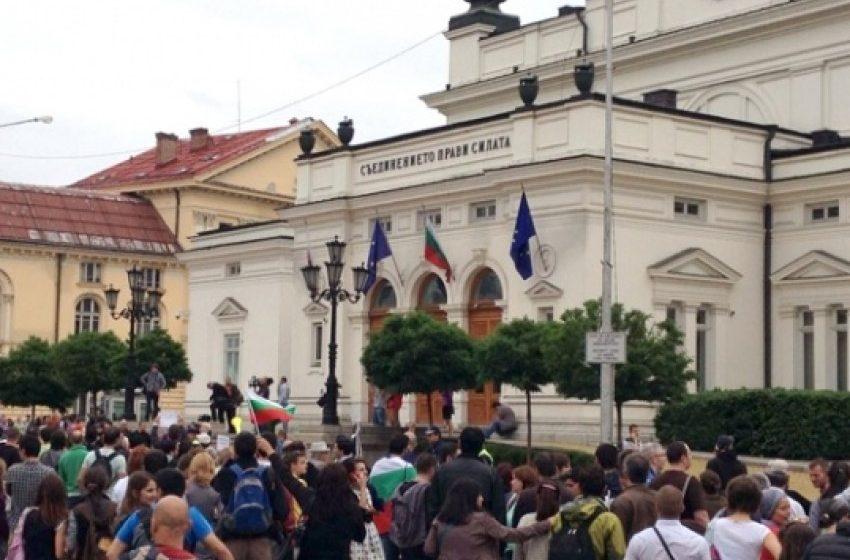 Протестиращи от 'Системата ни убива' блокираха движението пред стария парламент